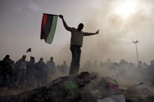 296176-benghazi-opposants-kadhafi-incendie-mercredi